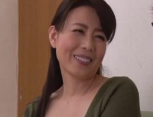 【三浦恵理子】女の身体を知らない息子の為に美しい四十路母が筆おろし性教育!