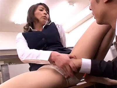 矢部寿恵 こんなに硬くしてたら仕事に差し支えるわね。私が抜いてあげるわ