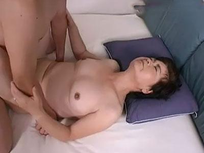 久しぶりのセックス気持ちいい。お母さんの乾いたアソコに沢山ザーメン流し込んで