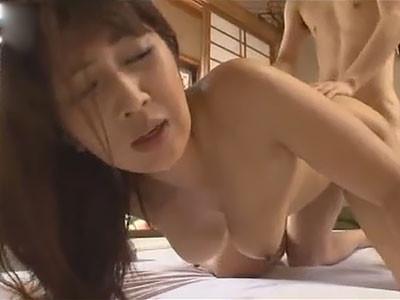 伊織涼子 若い男に美巨乳をマジマジと見られ恥ずかしくて笑ってしまう熟女
