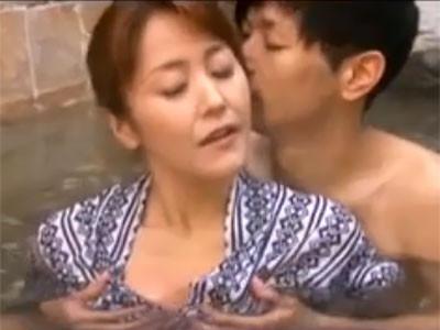 加藤なお 息子と水入らずで温泉旅行へやってきて野外や露天風呂でセックス三昧の熟女