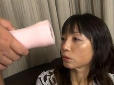 大澤ゆかり 商品モニターのキャッチに同情してついて行きセンズリを見せられる熟女
