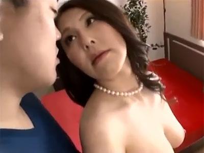 熟尻を若い男に擦りつけて挑発しゆっくりと焦らしながら美味しく召し上がる熟女