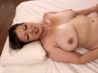 片桐沙夜子 爆乳が重いから激しく腰を振ると汗だくになっちゃう