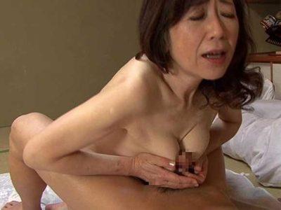 安田佐和子 母さんが肩もみで敏感に反応したからオッパイも揉んでしまった