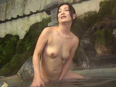 京野美麗 家族旅行中に義母の身体をいやらしい目で見ていたらヤラせてくれた