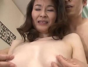 小粒乳首熟女