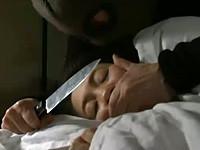 大沢萌 家で熟睡中、連続強姦魔に包丁で脅されレイプされる熟女