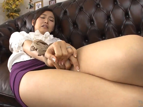 【JUY-010】夏目彩春がパンツを脱がされている画像