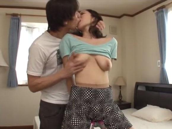 【SPRD-791】三橋杏奈が胸を揉まれている画像