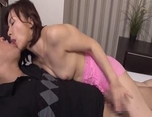 カラミ中に何度も濃厚キスを繰り出す積極的な五十路熟女の動画!